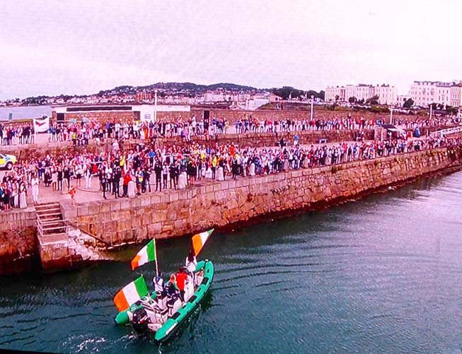 crowds on pier for Annalise