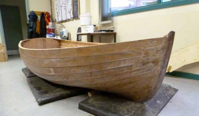 When Pierce Power of Passage West on Cork Harbour was commissioned to build the original punt for John Valentine Sisk in 1926, the specification was for an easily-rowed stable 10ft dinghy which could comfortably carry four adults. This is the modern version, providing much lighter weight through edge-glued construction