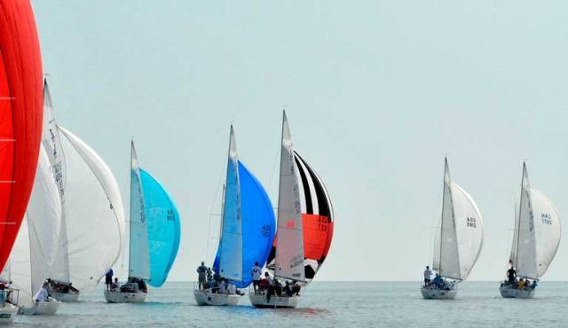 Fickle breeze was the theme of the opening day at the J24 World Championship in Mississauga