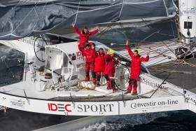 Francis Joyon and his crew sailed the 22,461 theoretical miles in 40 days, 23 hours, 30 minutes and 30 seconds, at an average speed of 22.84 knots.