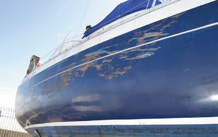 Damage to the hull on the starboard side of the yacht Medi Mode