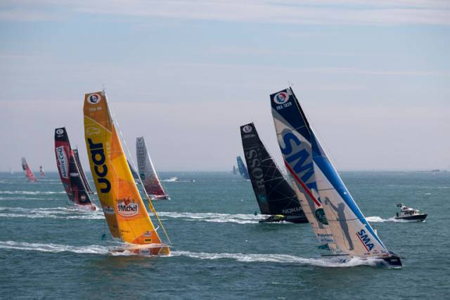 Paul Meilhat on SMA leads a group of IMOCAs shortly after the start