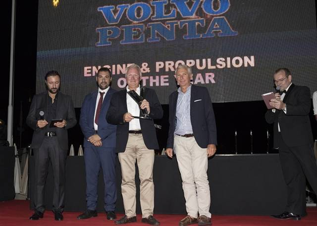 Johan Wästeräng (center, Volvo Penta's Vice President of Marine Leisure Product Management, and Gilles Poirier (second right, Volvo Penta Marine Sales Manager) accept the 'Engine-Propulsion of the Year' award.
