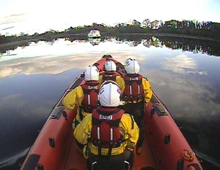 Carrybridge RNLI reach the cruiser aground