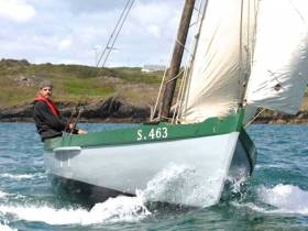The spirit of West Cork traditional sailing – Jeremy Irons making knots in an Heir Island yawl.