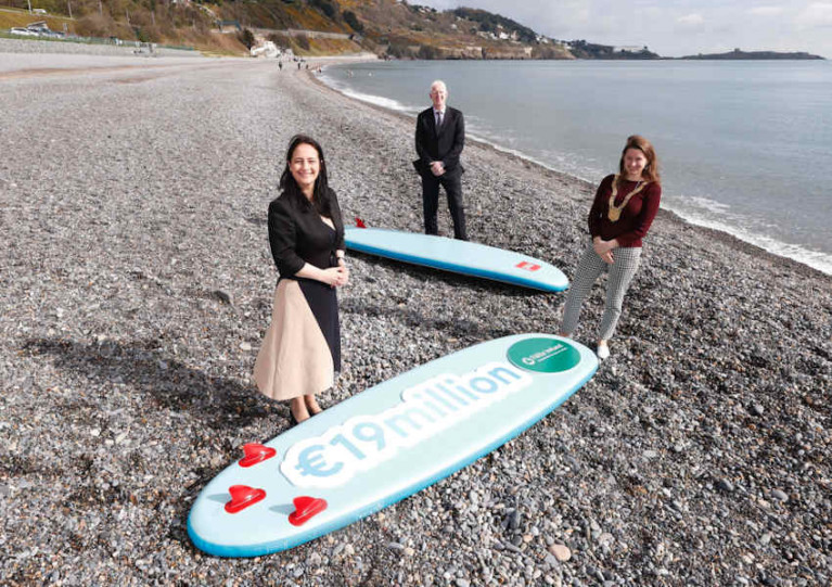 Tourism Minister Catherine Martin TD (left) pictured at Killiney Beach with Fáilte Ireland CEO Paul Kelly and Cllr Una Power, Cathaoirleach of Dun Laoghaire-Rathdown County Council