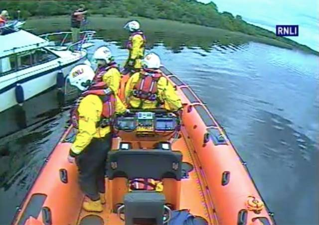 Carrybridge RNLI and stricken cruisers setting up a towline