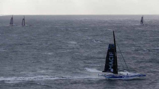 Screaming start for the trimarans at the start of the Brest Atlantiques Race