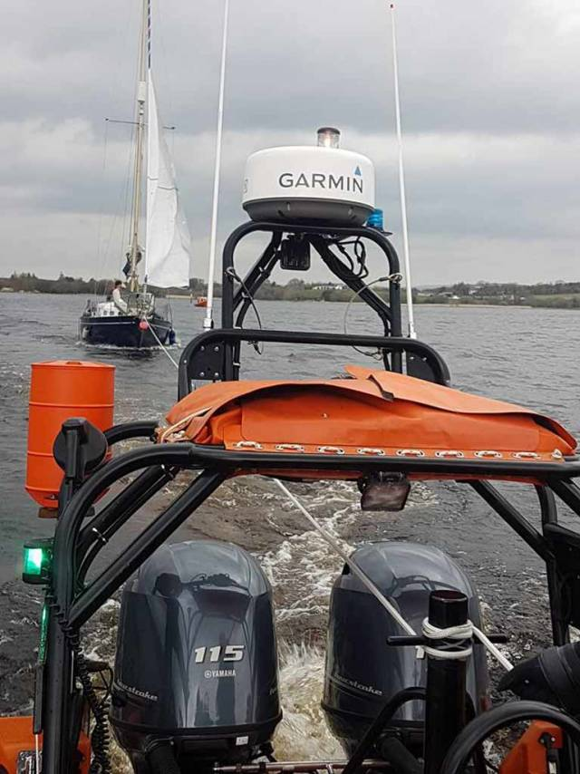 Lough Derg RNLI & Killaloe Coastguard Lifeboats Assist Lone Sailor on 30ft yacht Aground in Scariff Bay