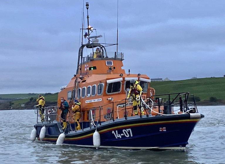 The lifeboat returning to Courtmacsherry  pontoon with casualty on board