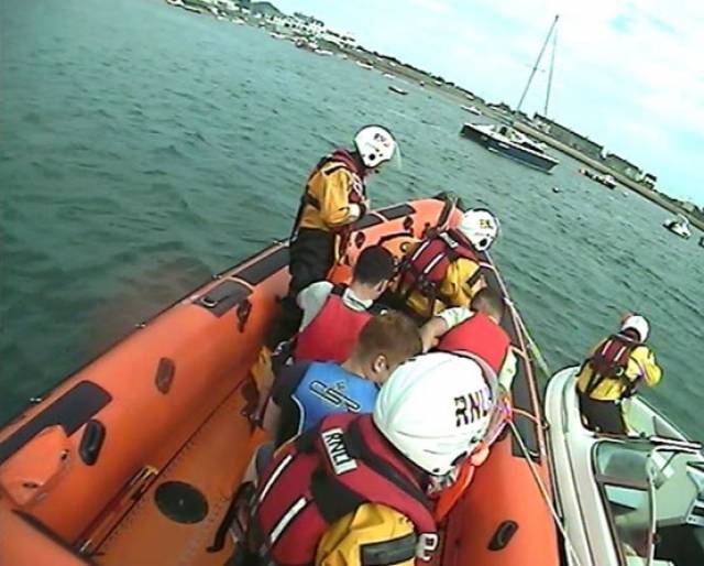 Skerries RNLI rescuing four men after their speedboat drifted onto rocks at Colt Island