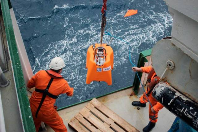 Deploying the seismometer 'Allód' off the southern edge of Ireland's continental shelf